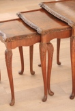 Lot de 3 tables gigognes en acajou blond