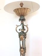 Un lampadaire en fer forgé à volutes, de couleur vert Antique, agrémenté de feuillage doré. En partie haute, coupelle godronnée et dorée. Epoque : Travail Français des Années 1940 Etat : Bel état, Électrification refaite à neuf, abat jour neuf. Dimensions : Hauteur : 148 cm et avec Abat jour : 188 cm Prix : 1550€ -------------------------- A wrought iron floor lamp with scrolls, Antique green color, decorated with golden foliage. Upper part, gadroon and golden cup. Period: French Work of the 1940s Conditions : Beautiful condition, Electrification redone new, new shade. Dimensions: Height 148 cm and with Lampshade 188 cm Price: € 1,550