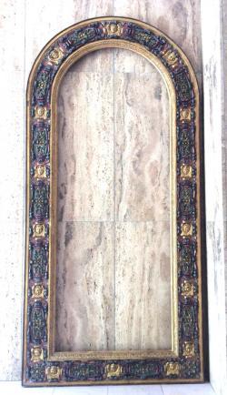 Très Grand Cadre en bois doré, polychromé - Renaissance - Italie 16ème - 219 cm Grand Cadre en bois doré, polychromé - Exceptionnel cadre en plein cintre En bois finement sculpté, doré et polychromé (quelques reprises à la polychromie) (Vraisemblablement Cadre de Madone) D'époque : 16ème - Renaissance Italienne Origine : Travail Italien de grande qualité. Etat : Bel état, quelques éclats à la dorure . Dimensions : Hauteur : 219 cm - Largeur : 105 cm Prix de vente : 5800€