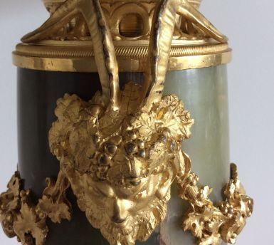 Paire de cassolettes de Style Louis XVI En Onyx, Jaspe et montures en bronze finement ciselé et doré à décor de pampres de vigne Travail Français - Époque fin 19 ème -Montées en lampes au 20 éme Bel état, abats jour anciens Dimensions : Hauteur : 53 cm Longueur : 25 cm Prix : 1250€ ------------------------- Pair of Louis XVI Style casseroles In Onyx Jasper and finely chiseled and gilded bronze mounts decorated with vine branches French Work - Period late 19th - Mounted in lamps in the 20th century Beautiful condition, old lampshades Dimensions: Height: 53 cm Length: 25 cm Price: 1250 €