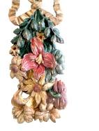 Paire de guirlandes en bois de noyer sculptées et polychromées. Polychromie d'origine, à décor floral et végétal réuni au centre par un ruban noué. Origine : France, Travail Provençal Époque 18ème Dimensions : Hauteur : 88 cm largeur : 18 cm Prix : 850€ ----------------------- Pair of carved and polychromed walnut garlands. Original polychrome, with floral and plant decoration united in the center by a tied ribbon. Origin: France, Provençal work Period 18th Dimensions: Height: 88 cm width: 18 cm Price: 850