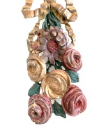 Paire de guirlandes en bois de noyer sculptées et polychromées. Polychromie d'origine, à décor floral et végétal réuni au centre par un ruban noué. Origine : France, Travail Provençal Époque 18ème Dimensions : Hauteur : 88 cm largeur : 18 cm Prix : 850€ ----------------------- Pair of carved and polychromed walnut garlands. Original polychrome, with floral and plant decoration united in the center by a tied ribbon. Origin: France, Provençal work Period 18th Dimensions: Height: 88 cm width: 18 cm Price: 850 €