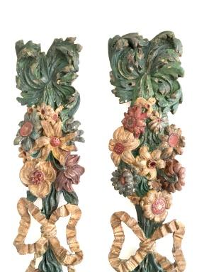 Paire de guirlandes en bois de noyer sculptées et polychromées. Polychromie d'origine, à décor floral et végétal réuni au centre par un ruban noué. Origine : France, Travail Provençal Époque 18ème Dimensions : Hauteur : 88 cm largeur : 18 cm Prix : 850€ ----------------------- Pair of carved and polychromed walnut garlands. Original polychrome, with floral and plant decoration united in the center by a tied ribbon. Origin: France, Provençal work Period 18th Dimensions: Height: 88 cm width: 18 cm Price: 850€