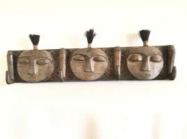 Porte vêtements à 3 patères en bois indigène,À têtes sculptées surmontées d'une hupe en poils animal. Travail Africain du XXème Dimensions : Longueur : 100 cm largeur : 30 cm Prix : 420€